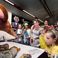 Nederland, Amsterdam , 23 juni 2010..Geronimo Stilton en Francine Oomen winnen de Prijs van de Nederlandse Kinderjury 2010. Dit maakte de Senaat van de Kinderjury 2010 vanmiddag bekend tijdens een speciaal programma in Koninklijk Theater Carré. Geronimo Stilton wint met Fantasia IV - Het drakenei in de categorie 6 t/m 9 jaar. Francine Oomen wint in de categorie 10 t/m 12 jaar met.Hoe overleef ik (zonder) dromen? Zij wint de prijs voor de 8ste keer..De Nederlandse Kinderjury is de publieksprijs voor kinderen. Ruim 26.000 kinderen stemden de afgelopen maanden op hun favoriete boek van het afgelopen jaar..Op de foto signeersessie met winnaar Geronimo Stilton.