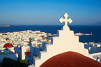 Grèce, Les Cyclades, Ile de Mykonos, Ville de Chora, église dans les hauteurs de la ville // Greece, Cyclades, Mykonos island, Chora, Mykonos town, church above the town