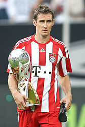 07.08.2010,  Augsburg, GER, 1.FBL, Supercup, FC Bayern Muenchen vs FC Schalke 04,  im Bild Miroslav Klose (Bayern #18) mit dem Supercup , EXPA Pictures © 2010, PhotoCredit: EXPA/ nph/ . Straubmeier+++++ ATTENTION - OUT OF GER +++++ / SPORTIDA PHOTO AGENCY