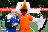 BREDA - Anne Veenendaal, beste keeper van het toernooi met Stockey   na de finale van het Volvo Invitatie Toernooi U21 tussen de vrouwen van Nederland en China (5-1) . COPYRIGHT KOEN SUYK