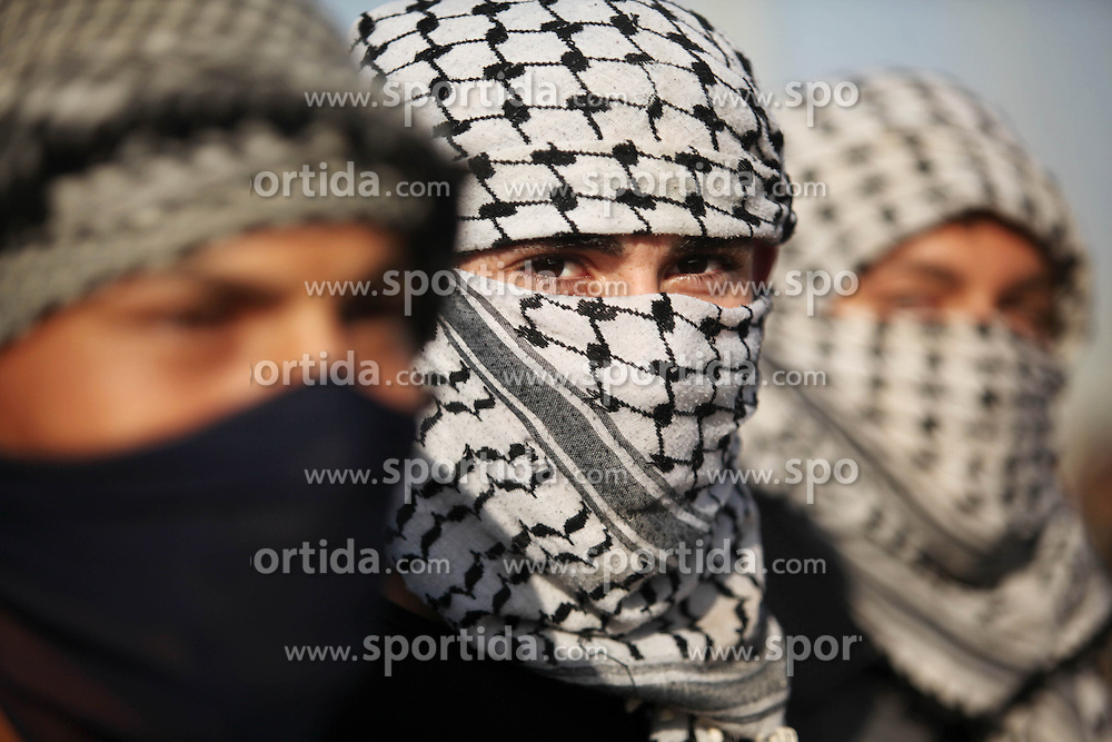 16.10.2015, Gaza city, PSE, Gewalt zwischen Pal&auml;stinensern und Israelis, im Bild Zusammenst&ouml;sse zwischen Pal&auml;stinensischen Demonstranten und Israelischen Sicherheitskr&auml;fte // Masked Palestinian protersters look on during clashes with Israeli security forces at the Erez crossing checkpoin. The unrest that has engulfed Jerusalem and the occupied West Bank, the most serious in years, has claimed the lives of 35 Palestinians and seven Israelis. The tension has been triggered in part by Palestinians' anger over what they see as increased Jewish encroachment on Jerusalem's al-Aqsa mosque compound, Palestine on 2015/10/16. EXPA Pictures &copy; 2015, PhotoCredit: EXPA/ APAimages/ Ashraf Amra<br /> <br /> *****ATTENTION - for AUT, GER, SUI, ITA, POL, CRO, SRB only*****