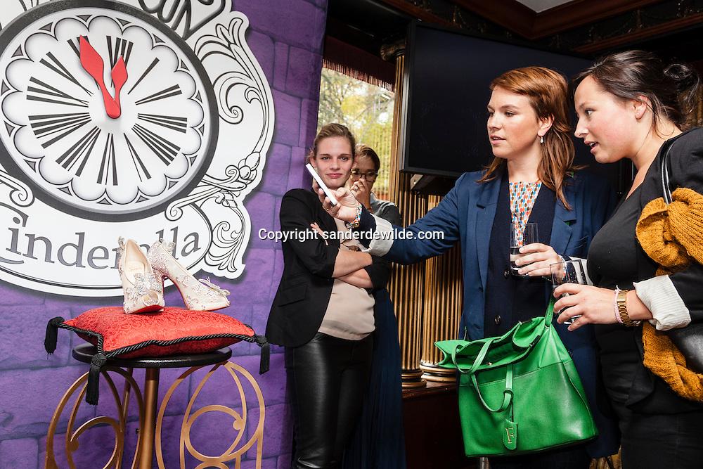 Om de release van de 'Cinderella Diamond Edition' op dvd en Blu-ray te vieren, gingen The Walt Disney Studios en Christian Louboutin de afgelopen weken wereldwijd op zoek naar twintig moderne Assepoesters. De Gentse Julie Van Roy ging naar huis met een exclusief paar Cinderella Christian Louboutin-schoenen. Modegoeroe Tiany Kiriloff, en  Studio Brussel-presentatrice Siska Schoeters   zwijmelden weg bij al dat moois.