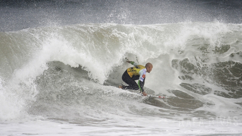 US surfer Kelly Slater surfs during his heat of the third round of the ASP Billabong pro Mundaka surfing world championship, on October 3, 2008, in the northern Spanish Basque village of Mundaka. Slater has won his ninth world championship title after winning today's heat. RAFA RIVAS