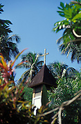 Kirchturm, umgeben von Pflanzen, Hiva Oa, Französisch Polynesien * Church tower, sourrounded by plants, Hiva Oa, French Polynesia