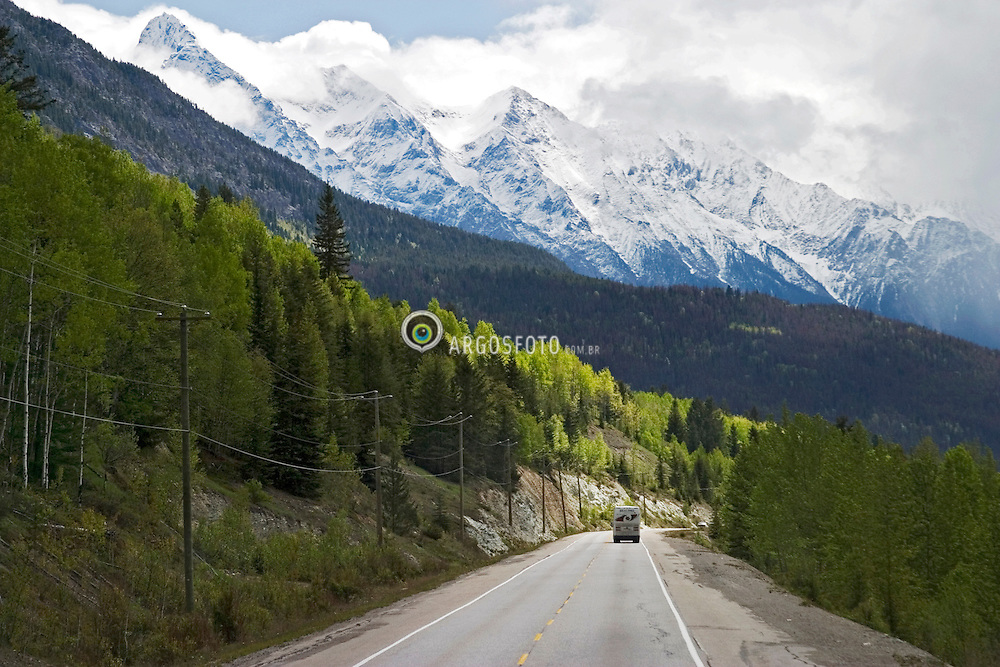 Banff, Alberta, Canada   21/Maio/2005.Trans-Canada Highway, proximo a Banff. A trans-Canada Highway e um sistema de estradas federal-provincial que une as 10 provincias do Canada./ The Trans-Canada Highway is a federal-provincial highway system that joins all ten provinces of Canada. The highway system is recognizable by its distinctive white-on-green maple leaf route markers..Foto Marcos Issa/Argosfoto