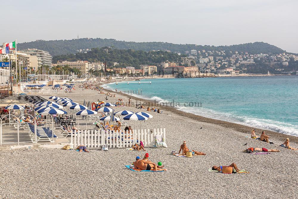 Vue sur la plage de Nice depuis la promenade des Anglais // View of Nice Beach from la promenade des Anglais