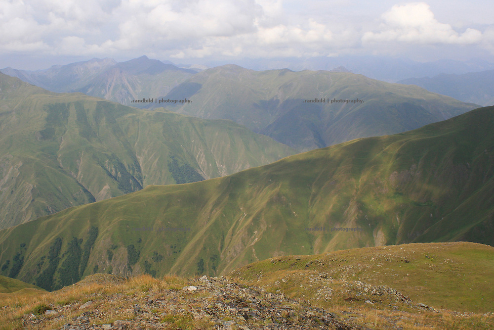 Blick über die Berge des Großen Kaukasus bei Kasbegi. View to the mountains of the Great Caucasus near Kasbegi.
