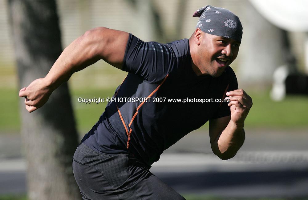 Jonah Lomu in action. Warriors training. Ellerslie Domain, Auckland, New Zealand. Wednesday 8 August 2007. Hagen Hopkins/PHOTOSPORT