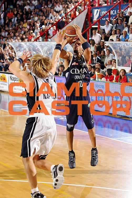 DESCRIZIONE : Napoli Lega A1 2005-06 Play Off Semifinale Gara 4 Carpisa Napoli Climamio Fortitudo Bologna <br /> GIOCATORE : Garris<br /> SQUADRA : Climamio Fortitudo Bologna <br /> EVENTO : Campionato Lega A1 2005-2006 Play Off Semifinale Gara 4 <br /> GARA : Carpisa Napoli Climamio Fortitudo Bologna <br /> DATA : 09/06/2006 <br /> CATEGORIA : Tiro<br /> SPORT : Pallacanestro <br /> AUTORE : Agenzia Ciamillo-Castoria/S.Silvestri<br /> Galleria : Lega Basket A1 2005-2006 <br /> Fotonotizia : Napoli Campionato Italiano Lega A1 2005-2006 Play Off Semifinale Gara 4 Carpisa Napoli Climamio Fortitudo Bologna <br /> Predefinita :