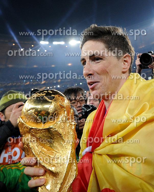 11.07.2010, Soccer-City-Stadion, Johannesburg, RSA, FIFA WM 2010, Finale, Niederlande (NED) vs Spanien (ESP) im Bild Fernando Torres mit dem WM Pokal, EXPA Pictures © 2010, PhotoCredit: EXPA/ InsideFoto/ Perottino *** ATTENTION *** FOR AUSTRIA AND SLOVENIA USE ONLY! / SPORTIDA PHOTO AGENCY