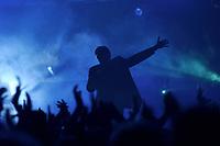 25 NOV 2002, BERLIN/GERMANY:<br /> Herbert Grönemeier waehrend einem Konzert, Max-Schmeling-Halle<br /> IMAGE: 20021125-02-009<br /> KEYWORDS: Herbert Grönemeier, Fans, Fans, Publikum, Haende, Hände