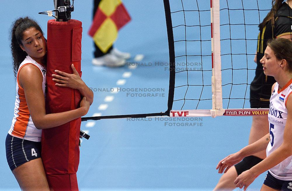 04-01-2016 TUR: European Olympic Qualification Tournament Nederland - Duitsland, Ankara <br /> De Nederlandse volleybalvrouwen hebben de eerste wedstrijd van het olympisch kwalificatietoernooi in Ankara niet kunnen winnen. Duitsland was met 3-2 te sterk (28-26, 22-25, 22-25, 25-20, 11-15) / Een balende Celeste Plak #4 pakt de netpaal vast als ze de bal mist
