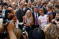 13 AUG 2003, BERLIN/GERMANY:<br /> Gerhard Schroeder, SPD, Bundeskanzler, laesst von sich und zwei Maedchen ein Erinnerungsfoto machen, waehrend dem Besuch der Stadt Grimma, ein Jahr nach der Hochwasserkatastrophe<br /> IMAGE: 20030813-03-033<br /> KEYWORDS: Gerhard Schröder, Bad in den Menge,