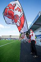 1. divisjon fotball 2015: Hødd - Fredrikstad.  Fredrikstadsupportere flagger før førstedivisjonskampen mellom Hødd og Fredrikstad på Høddvoll.