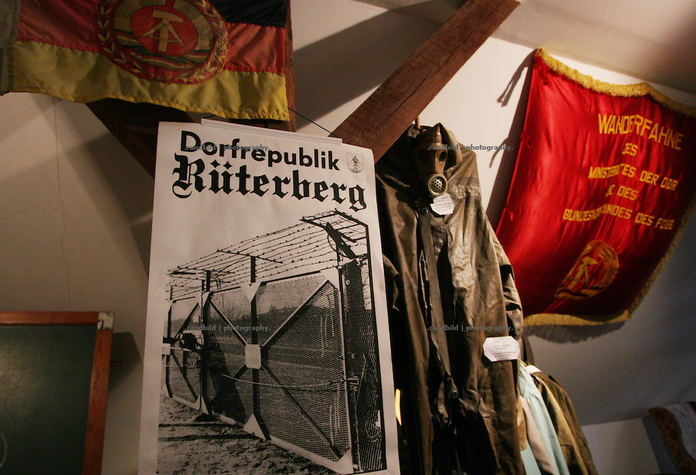 """Original DDR-Devotionalien in der Heimatstube der """"Dorfrepublik Rüterberg"""". Aufgrund dieser Abschottung etablierte sich die Bezeichnung """"Dorfrepblik"""" für den kleinen Ort bei Dömitz (Mecklemburg-Vorpommern)."""