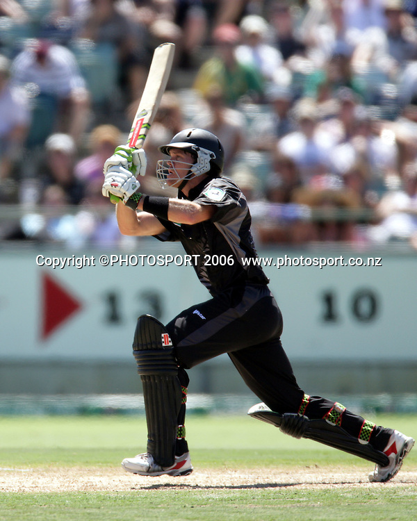 New Zealand opening batsman Lou Vincent during his innings of 76 at the one day international cricket match between New Zealand and England at the WACA ground in Perth on Tuesday 30 January, 2007. New Zealand won by 58 runs. Photo: Andrew Cornaga/PHOTOSPORT<br />