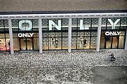 Nederland, Nijmegen, 12-12-2013Het vernieuwde plein 44 is klaar. De eerste bewoners en winkels nemen hun intrek. Kledingzaak Only.Foto: Flip Franssen/Hollandse Hoogte