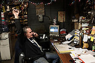 Cleveland, Ohio - Bill, proprietario di un'auto-officina nei sobborghi di Cleveland in Ohio Bill, owner of a warehouse where trucks are fixed, portrayed in his office in the outskirts of Cleveland.