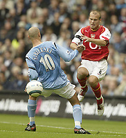 Photo. Aidan Ellis.<br />Manchester City v Arsenal.<br />Barclays Premiership.<br />25/09/2004.<br />Manchester's Antoine Sibierski and Arsenal's Freddie Ljunberg
