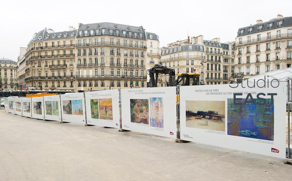 Une exposition du musée Marmottan sur le parvis de la gare Saint Lazare, à Paris, le 31 mai 2013. Photo : Lucas Schifres/Pictobank