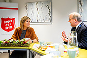 Koningin Maxima tijdens een werkbezoek aan De Wending, een instelling voor verslavingsbehandeling en herstelbegeleiding van het Leger des Heils in Ugchelen. <br /> <br /> Queen Maxima during a working visit to De Wending, an institution for addiction treatment and recovery counseling of the Salvation Army in Ugchelen.