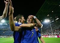 Fotball<br /> VM 2006<br /> Semifinale 04.07.2006<br /> Tyskland v Italia 0-2 eeo<br /> Foto: Witters/Digitalsport<br /> NORWAY ONLY<br /> <br /> 0:2 Torjubel von Alessandro Del Pierro, links Francesco Totti<br /> Fussball WM 2006 Halbfinale Deutschland - Italien 0:2 n.V.
