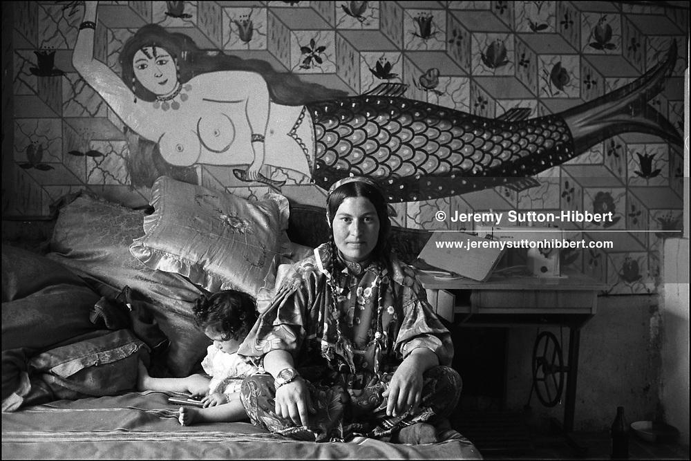 SINTESTI, ROMANIA. MAY 1997..©JEREMY SUTTON-HIBBERT 2000..TEL./FAX.+44-141-649-2912..TEL.  +44-7831-138817.