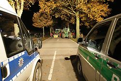 Ein probates Mittel, um Nachschubwege der Polizei zu stören: Treckerblockaden sind eine Domäne der Bäeuerlichen Notgemeinschaft, um im Wendland gegen die Castortransporte zu protestieren. <br /> <br /> Ort: Splietau<br /> Copyright: Andreas Conradt<br /> Quelle: PubliXviewinG