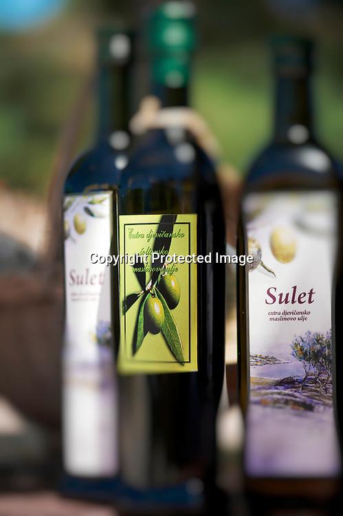 Chaque île à sa spécialité Solta celle de l'apiculture et d'une espèce d'olive cultivés depuis des générations de producteurs.