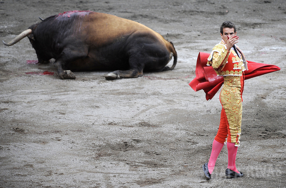 Spanish matador Jose Maria Manzanares salutes after killing a Ventorrillo fighting bull, during the third corrida of the Aste Nagusia festivities, on August 19, 2008, at the Vista Alegre bullring in Bilbao, northern Spain. PHOTO RAFA RIVAS