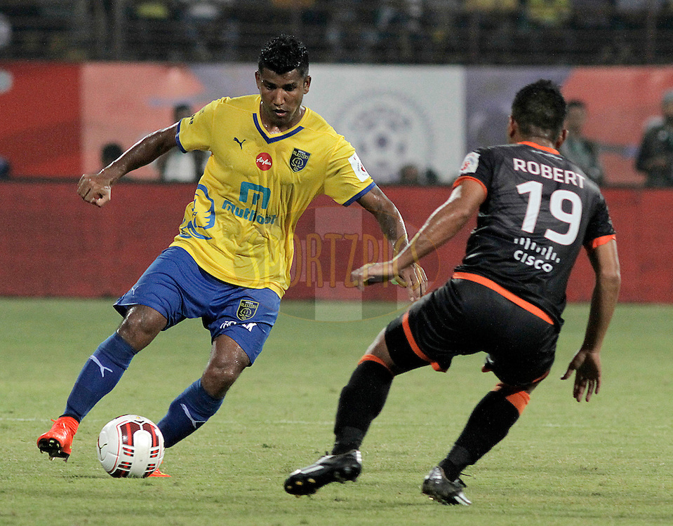 Nirmal Chettri of Kerala Blasters FC and Robert Lalthlamuana of Delhi Dynamos FC during match 27 of the Hero Indian Super League between Kerala Blasters FC and Delhi Dynamos FC held at the Jawaharlal Nehru Stadium, Kochi, India on the 9th November.<br /> <br /> Photo by:  Vivek Prakash/ ISL/ SPORTZPICS