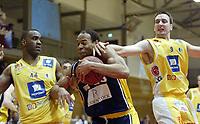 Basketball, 15. mars 2002, Rykinnhallen. Asker Aliens - Kongsberg Penguins.  Marcus Löfstedt og Cory Jenkins, Asker, forsøker å stoppe Rodney Hawthorne, Kongsberg.