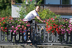 20.07.2010, Bad Ragaz, CH, PL, Liverpool FC Neuverpflichtung Joe Cole, im Bild Liverpool´s Neuzugang Joe Cole fährt mit dem Fahrrad über eine Brücke, zur ersten Trainingssession mit seinen neuen Kollegen, EXPA Pictures © 2010, PhotoCredit: EXPA/ Propaganda/ D. Rawcliffe *** ATTENTION *** UK OUT! / SPORTIDA PHOTO AGENCY