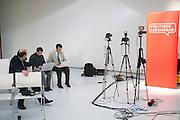 Turkse media wachten op een interview met Nebahat Albayrek. In Utrecht wordt een speciale ledenraad van de PvdA gehouden. Tijdens de vergadering wordt gesproken over het afscheid van Job Cohen en over de toekomst van de partij.<br /> <br /> Members of the Turkish press are waiting to interview Nebahat Albayrek. In Utrecht, a special council of the PvdA (Dutch Labour Party) is held . During the meeting the members discussed the departure of Job Cohen as leader and the future of the party