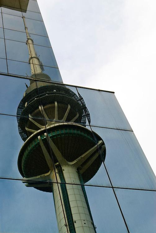 kuwait, kuwait City. der Fernsehturm von Kuwait City spiegelt sich in der Fassade eines  benachbarten Gebäudea    |  reflexion of Kuwait City TV Tower in the glass facade of an opposite building    |