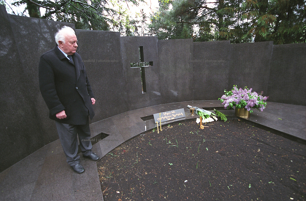 Georgiens Ex-Praesident Eduard Schewardnadse in seiner Residence in Tiflis...Former soviet foreign mister and georgian president Eduard Shevardnadze stands in front of his wife´s grave in his Residence in Tbilissi, Georgia.