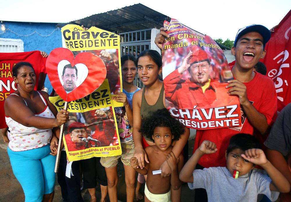 Supporters of Venezuela's President Hugo Chavez attend a rally in Maracaibo, Nov.26, 2006 (ivan gonzalez)