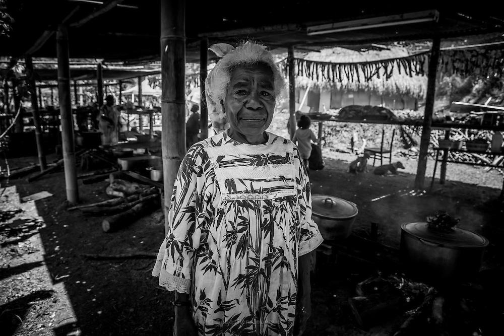 NOUVELLE CALEDONIE, Canala - Coutume du mariage Kanak - Preparation du mariage, la cuisine faite par les femmes de la tribu -  Aire Coutumiere de XARACUU - Canala - Tribu de Nanon-Kenerou - Le Caillou - Septembre 2013