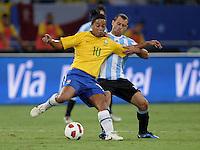 FUSSBALL   INTERNATIONAL   Testspiel  in  Doha  17.11.2010 Argentinien - Brasilien RONALDINHO (li, Brasilien) gegen Javier MASCHERANO (Argentinien)