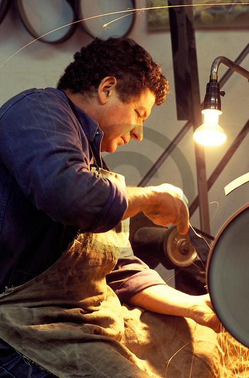 27/09/01 - THIERS - PUY DE DOME - FRANCE - Andre MAGE en train de polir un couteau - Photo Jerome CHABANNE