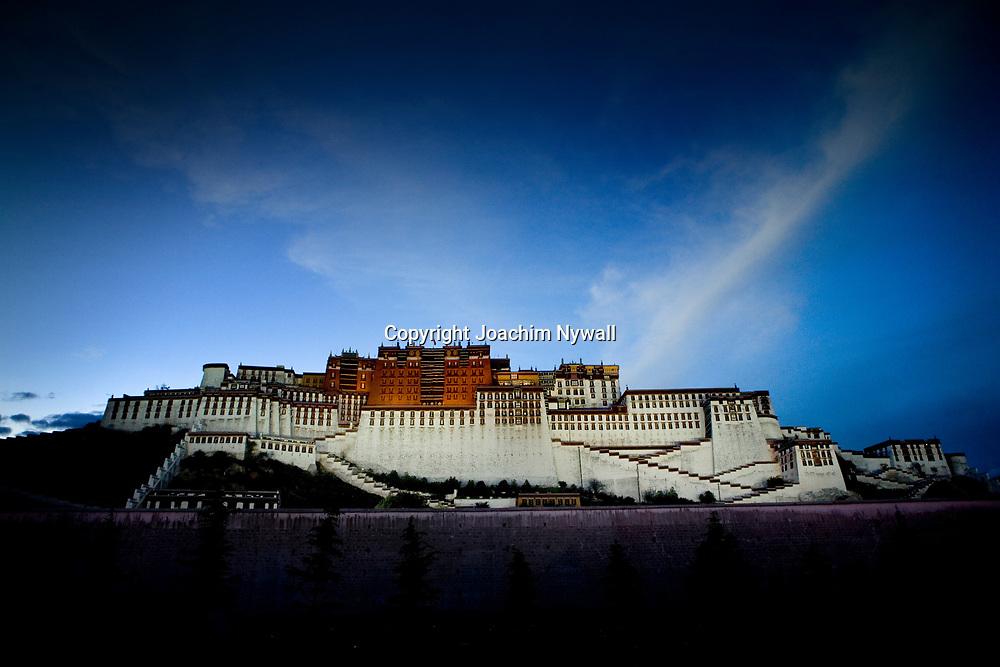 Lhasa Tibet China Kina 2011 Augusti<br /> The Poltala palace former home of the Dalai Lama in central Lhasa<br /> <br /> FOTO : JOACHIM NYWALL KOD 0708840825_1<br /> COPYRIGHT JOACHIM NYWALL<br /> <br /> ***BETALBILD***<br /> Redovisas till <br /> NYWALL MEDIA AB<br /> Strandgatan 30<br /> 461 31 Trollh&auml;ttan<br /> Prislista enl BLF , om inget annat avtalas.