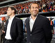 17-10-2007: Voetbal: Nederland-Slovenie: Eindhoven<br /> John van het Schip, hier naast Marco van Basten, lijkt nog niet allemaal zonder zenuwen<br /> Foto: Geert van Erven