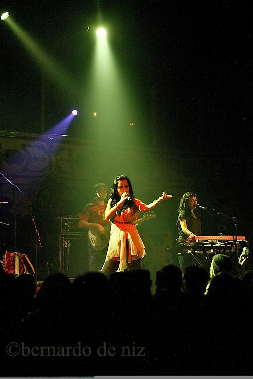 La cantante mexicana, Julieta Venegas, durante el concierto que dio en el bar La Paloma, en el centro  de Barcelona, Espa&ntilde;a<br />