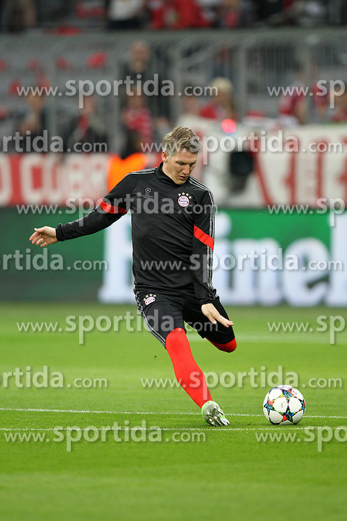 21.04.2015, Allianz Arena, Muenchen, GER, UEFA CL, FC Bayern Muenchen vs FC Porto, im Bild Bastian Schweinsteiger #31 (FC Bayern Muenchen) beim warm up // during the UEFA Semi Final 2nd Leg Match between FC Bayern Munich and FC Porto at the Allianz Arena in Muenchen, Germany on 2015/04/21. EXPA Pictures &copy; 2015, PhotoCredit: EXPA/ Eibner-Pressefoto/ Kolbert<br /> <br /> *****ATTENTION - OUT of GER*****
