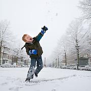Nederland Rotterdam 21 december 2007 ..Kinderen spelen in de sneeuw op het Noordereiland. jongetje gooit sneeuwval ..Foto David Rozing