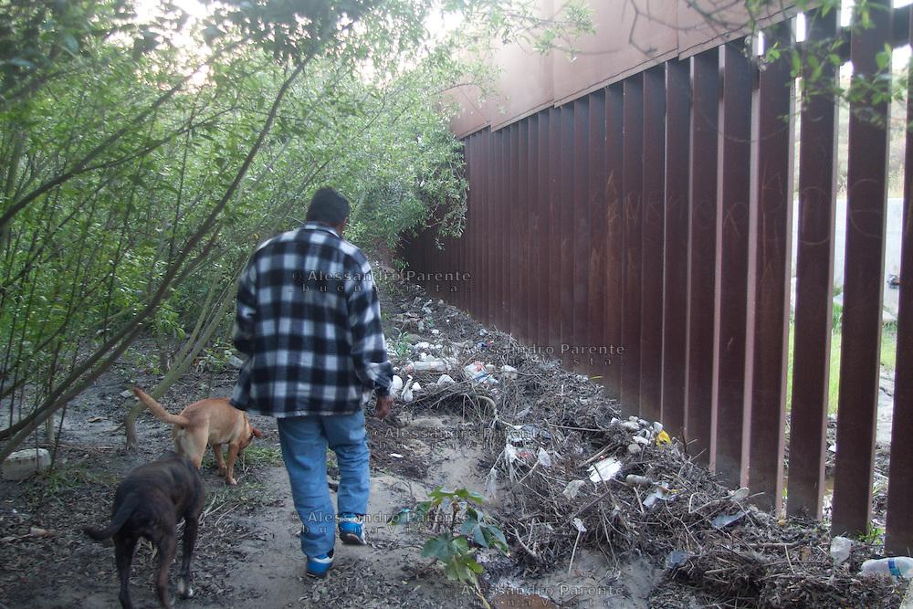 Juan si dirige in citta' in cerca di lavoro, la vita di un migrante a Tijuana e' alla giornata, passano il tempo a un angolo della strada aspettando che qualcuno abbia bisogno di qualche lavoretto.
