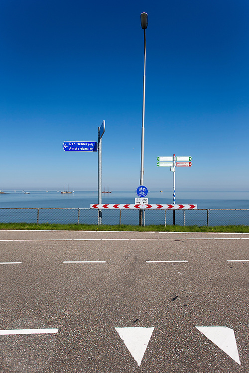 De Afsluitdijk bij Kornwerderzand. In 1932 werd de opening tussen de Waddenzee en de toenmalige Zuiderzee gesloten. Nu is het een belangrijke verkeersader tussen Friesland en Noord-Holland en scheidt het de Waddenzee met het IJsselmeer.<br /> <br /> In 1932, the gap between the Wadden Sea and the former Zuiderzee closed by the Afsluitdijk. Now it is a major thoroughfare between Friesland and North Holland and it separates the Wadden Sea from the IJsselmeer.