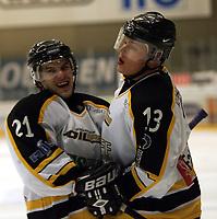 Ishockey , UPC serien , 24 januar 2005  , Kristins hall<br /> Lillehammer  v  Stavanger Oilers<br /> <br /> Teemu Kohvakka (13) scoret for Stavanger Oilers  og Morten Bakkene gratulerer.
