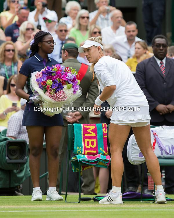 ANGELIQUE KERBER (GER) betritt den Centre Court mit einem Blumenstrauss, Damen Endspiel, Finale <br /> Tennis - Wimbledon 2016 - Grand Slam ITF / ATP / WTA -  AELTC - London -  - Great Britain  - 9 July 2016.