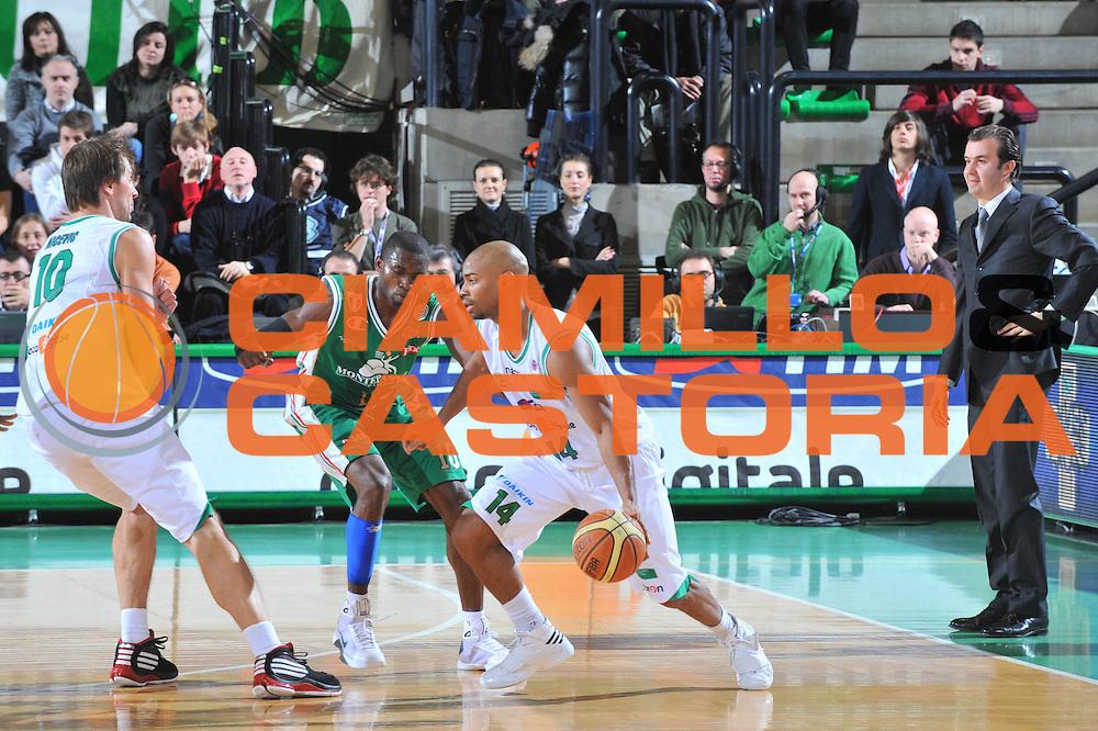 DESCRIZIONE : Treviso Lega A 2009-10 Basket Benetton Treviso Montepaschi Siena<br /> GIOCATORE : Gary Neal<br /> SQUADRA : Benetton Treviso<br /> EVENTO : Campionato Lega A 2009-2010<br /> GARA : Benetton Treviso Montepaschi Siena<br /> DATA : 03/01/2010<br /> CATEGORIA : Palleggio<br /> SPORT : Pallacanestro<br /> AUTORE : Agenzia Ciamillo-Castoria/M.Gregolin<br /> Galleria : Lega Basket A 2009-2010 <br /> Fotonotizia : Treviso Campionato Italiano Lega A 2009-2010 Benetton Treviso Montepaschi Siena<br /> Predefinita :